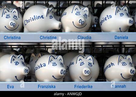 Sparschweine mit Vornamen auf einem Regal für Geschenke - Stockfoto