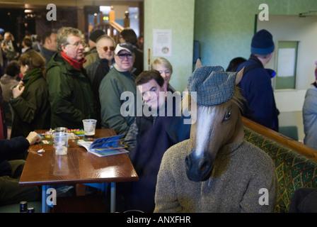 Erwachsene verkleiden sich Whittlesea Whittlesey Cambridgeshire UK man in Pferdemaske ein Pferd Kopf. 2008 2000er - Stockfoto