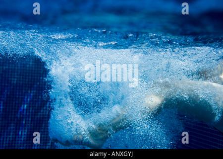 Tauchen in Wasser - unter Wasser geschossen - Stockfoto