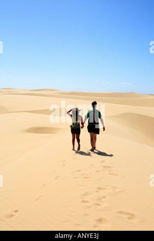 paar gehen Hand in Hand auf der Wüste Sanddünen des Nationalparks Lencois Maranheses - Stockfoto