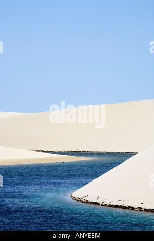 Ansicht der Lagoa Azul in einsamen weißen Sanddünen von Lencois-Maranheses-Nationalpark in Brasilien - Stockfoto