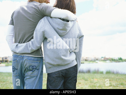 Junges Paar walking im Freien, Rückansicht - Stockfoto