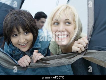 Zwei junge Freundinnen suchen aus Zelt - Stockfoto