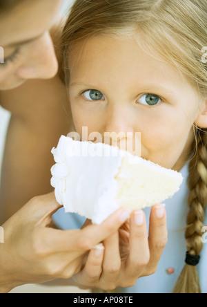 Mädchen, Kuchen essen - Stockfoto