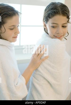 Zwei Mädchen in Handtücher gewickelt Stockfoto