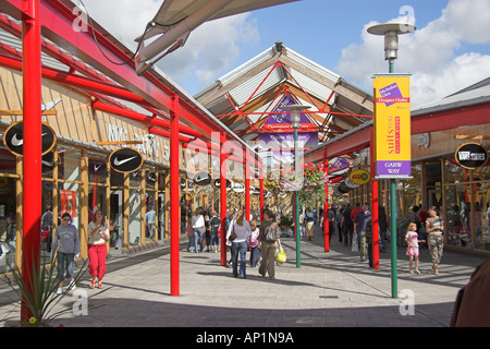Shopper McArthur Glen Designer Outlet Sarn Bridgend Südwales - Stockfoto