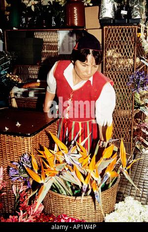 Floristen arbeiten in der Blumenmarkt, Funchal, Madeira - Stockfoto