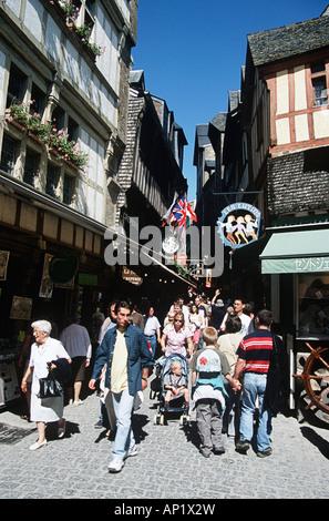 Touristen, die schmale Straße entlang, Le Mont Saint Michel, Normandie, Frankreich - Stockfoto