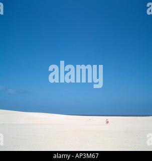 Paar auf den Sanddünen in der Nähe von Corralejo, Fuerteventura, Kanarische Inseln, Spanien - Stockfoto
