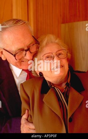 Paar, 72 Jahre umfassend in der Gegenwart Gottes. St Paul Minnesota MN USA - Stockfoto