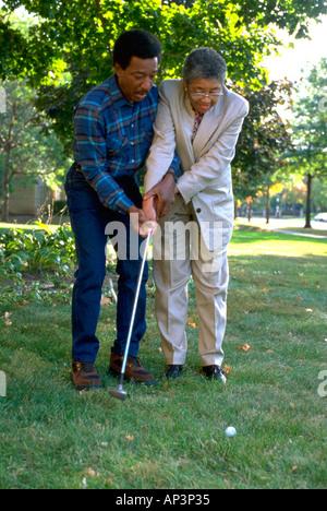 Schwarz paar Alter von 70 Jahren praktizierender Golfschwung. St Paul Minnesota MN USA - Stockfoto