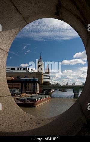 Aussicht über den Fluss Themse in Richtung Cannon Street Bahnhof durch Bullauge auf Southwark Bridge Stockfoto