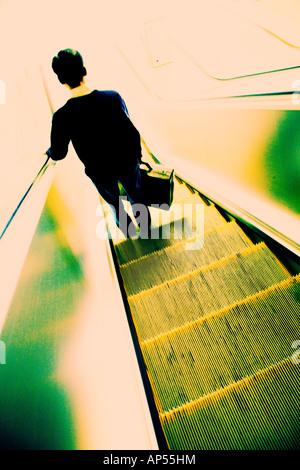 Mann, die Rolltreppe hinunter - Stockfoto