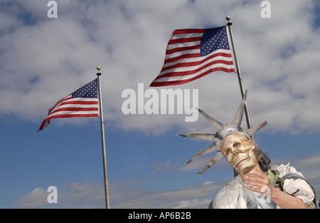 Washington Dc 031503 eine Frau wie die Freiheitsstatue am Washington Monument während der Anti-kriegs-Proteste in - Stockfoto