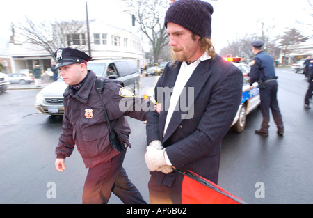 East Hampton ny 040503 ein nicht identifizierter Anti-kriegs-Demonstranten auf der Main St in East Hampton Village - Stockfoto
