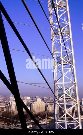 Strukturelle Details des London Eye mit Blick auf die Themse und London - Stockfoto