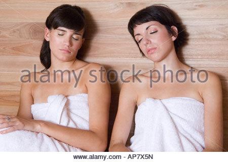 zwei frauen in einer sauna stockfoto bild 73986842 alamy. Black Bedroom Furniture Sets. Home Design Ideas