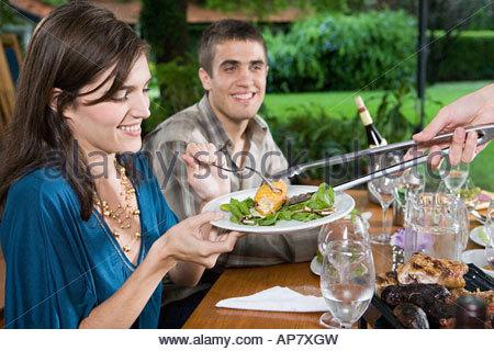 Freunde mit einer Mahlzeit - Stockfoto