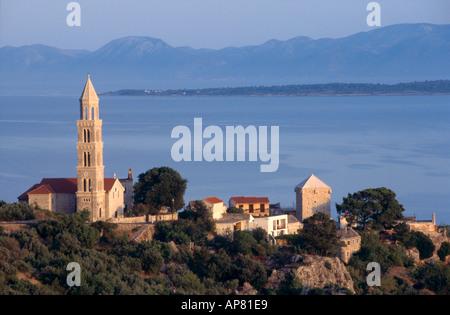 Kirche auf einem Hügel mit Blick aufs Meer, Igrane, Kroatien - Stockfoto