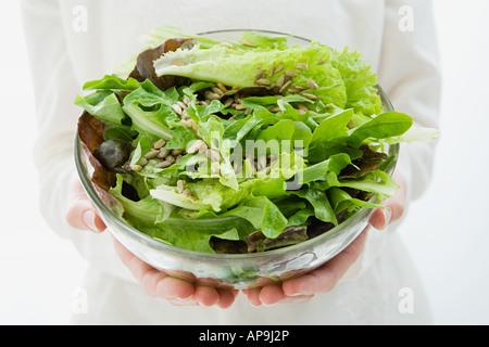 Frau hält eine Schüssel mit Salat - Stockfoto