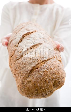 Frau Holding Laib Brot - Stockfoto