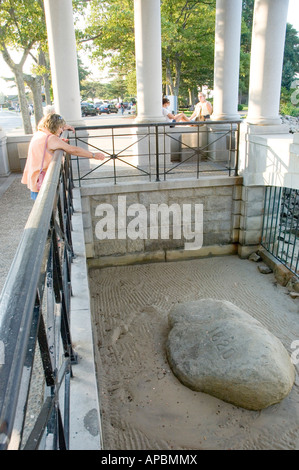 Eine Münze zu werfen und machen einen Wunsch bei Plymouth Rock in Massachusetts, USA - Stockfoto
