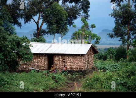 Typische Hütte in der Nähe von Mt Nyiragongo in der Nähe von Goma D R Kongo Zaire Central Ostafrika - Stockfoto