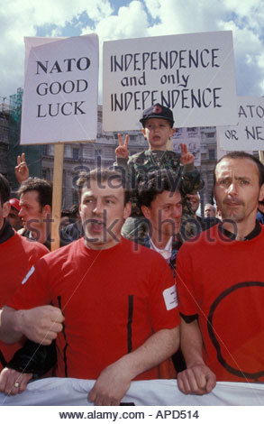 Kosovaren Demonstration zur Unterstützung der NATO-Luftangriffe in Serbien Trafalgar Square in London UK April 1999 - Stockfoto