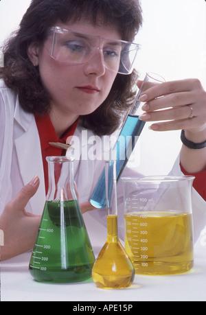 Chemiker untersucht Flüssigkeit im Zylinder - Stockfoto