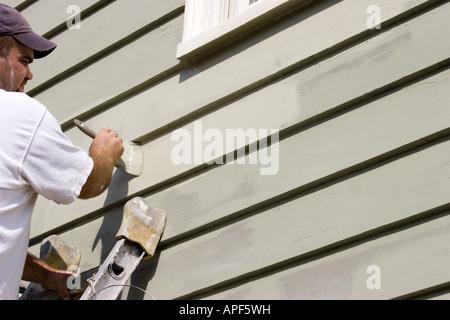 Maler arbeiten an einer Wand von einem viktorianischen Haus in Swampscott, Massachusetts. PR & HERR - Stockfoto