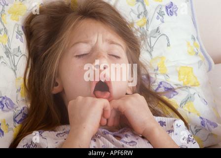 kleines Mädchen Husten im Bett - Stockfoto