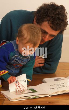 Vater lesen, Kleinkind - Stockfoto