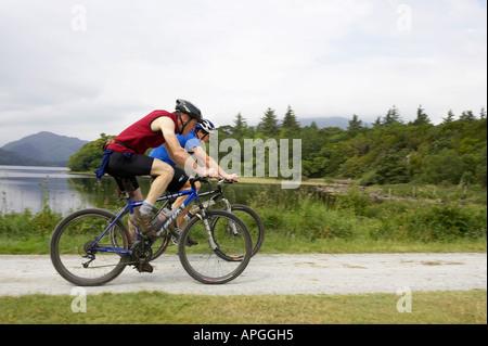 zwei männliche Mountainbike Fahrrad Radfahrer radeln Sie auf Pfad in der Nähe von Mucross Abbey vorbei an Bergen - Stockfoto