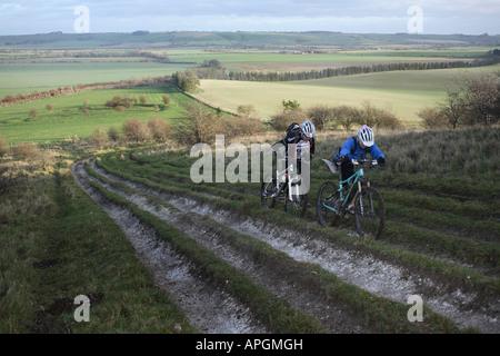 Schuften Hügel hinauf auf die Ridgeway - Stockfoto
