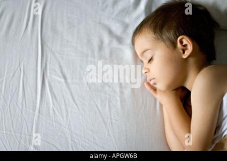 Farbe Kopf und Schultern Porträt des kleinen Jungen im Alter von drei ruhig schlafen - Stockfoto