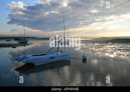 Boote, geerdet durch die Ebbe auf den Brewset Flats bei Sonnenuntergang - Stockfoto