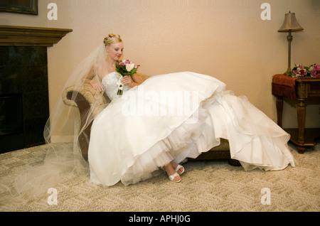"""Braut, faulenzen oder warten vor der Hochzeit im Chaiselongue Sofa Couch Ganzkörper Portrait """"immer bereite Aufnahmen"""" - Stockfoto"""