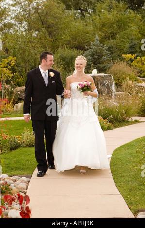 Braut und Bräutigam Weg zu gehen Hand in Hand - Stockfoto