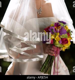 Braut Strauß schließen sich Hintergrundbeleuchtung durch Sonne hält - Stockfoto