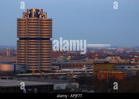 D Bayern Hauptsitz von BMW in München, Turm-Vierzylinder, Fotografie: Luis Gervasi - Stockfoto