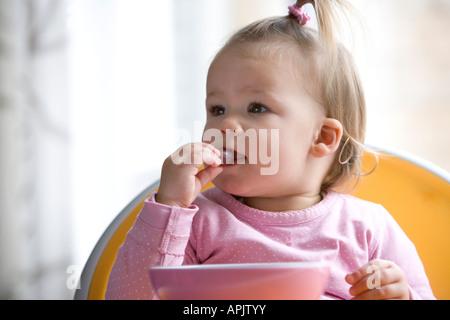 Kleines Mädchen isst eine blaue Traube - Stockfoto