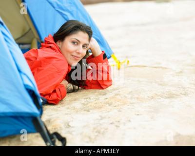 Mitte der erwachsenen Frau im Zelt, Porträt - Stockfoto