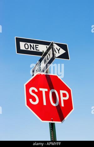 Stop-Schild und einen Weg Zeichen - Stockfoto