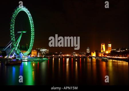 Nacht Schuss von The London Eye mit Blick auf die Themse und die Houses of Parliament - Stockfoto