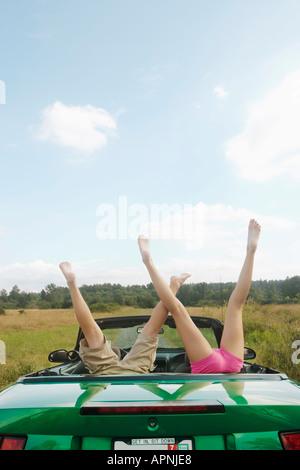 Kinder kopfüber auf dem Rücksitz des Autos - Stockfoto