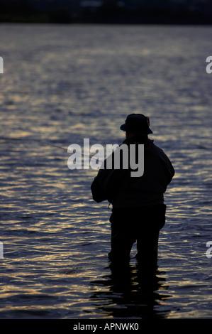 Fischer-Fliegenfischen am Stoneyford Stausee bei Sonnenuntergang Grafschaft Antrim Nordirland - Stockfoto