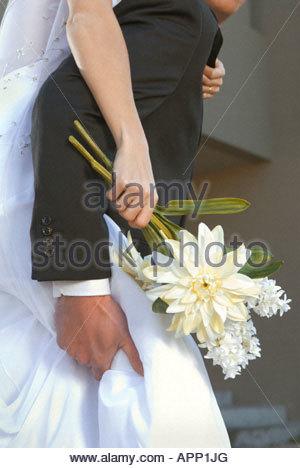 Blume Detail der Bräutigam die Braut Huckepack Fahrt - Stockfoto