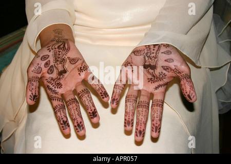 Indische Braut s Hände mit Henna bemalt - Stockfoto