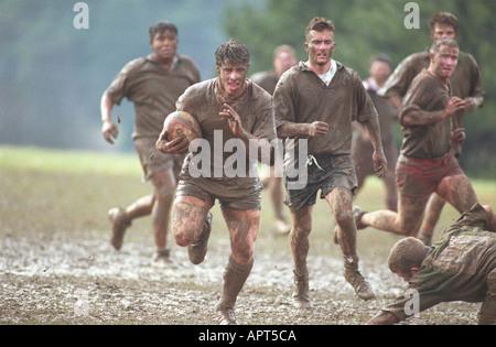 Schlammigen Rugbyspieler im Schlamm mit Ball laufen. Sport Männer Gewinner des Wettbewerbs gewinnen - Stockfoto