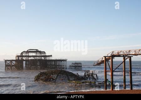 Reste der West Pier Brighton im Jahre 1866 erbaut und brannte im Jahr 2003 genommen in den frühen Morgen Sussex - Stockfoto